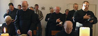 Missionare Oblaten des Klosters Engelport beim Gebet in der Kapelle