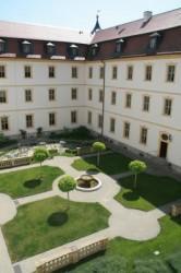 Lädt zum Verweilen ein: Blick in den Innenhof des Konventbaus von Kloster Oberzell.