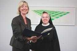Mainz, 18. August 2008: Staatsministerin Doris Ahnen (links) überreichte Schwester Daniela Metz die Verdienstmedaille des Landes Rheinland-Pfalz
