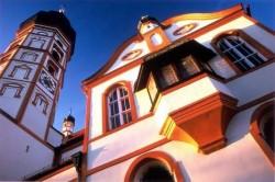 Die farbliche Fassadenfassung der Andechser Wallfahrtskirche erzählt von der bewegten Geschichte des Klosters (Foto: Thomas Schmid)