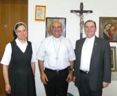 Prälat Dr. Bertram Meier (r.) und Schwester Regitta Michel (l.) informierten sich bei Erzbischof Angelo Massafrain Albanien über die Situation der katholischen Kirche.