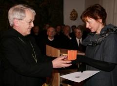 Min.-Rätin Elsa Brunner überreichte Erzabt Edmund Wagenhofer die Medaille für Verdienste um den Denkmalschutz. Foto: EDS